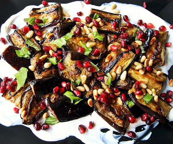 Ottolenghi's bruine rijst met gekarameliseerde uien en zwarte knoflook